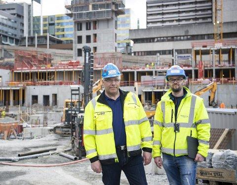 Prosjektlederne i Magnus Thunestveit AS, Gaute Raknes og Thomas Angeltveit på byggeplassen til del to av det nye barnesykehuset og Kvinneklinikken. Foto: Emil Weatherhead Breistein