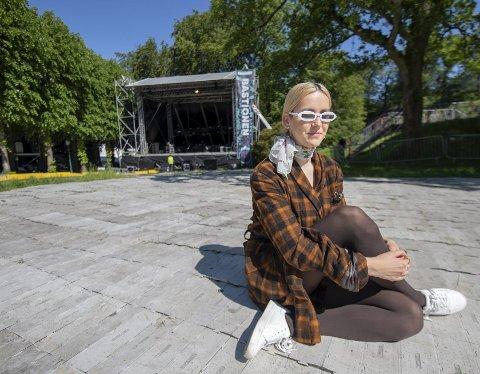 Iris: For to år siden lå hun på plenen på Bastionen-scenen og hørte på artister under Bergenfest. Lørdag spiller hun her selv. Foto: Kai Flatekvål