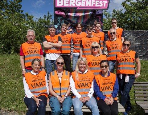 I alt skal 120 Viking-medlemmer jobbe dugnad på årets Bergenfest. I løpet av et år avvikles totalt 1000 dugnadsvakter. – Folk er kjempeflinke, skryter ansvarlig for dugnadsarbeiderne, Hilde Gjelsvik (nummer tre foran fra v.) Foto: Anders Kjølen