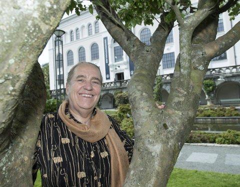 FLOTTE OMGIVELSER: Operasjef Anne Randine Øverby er svært godt fornøyd med å kunne arrangere sommerens store opera i Universitetsaulaen, med den botaniske hagen utenfor. FOTO: MAGNE TURØY
