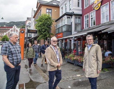 Daglig leder Per Ivar Grung, huseier Bjørn Hanevik og driftssjef Jan Petter Eilertsen lurer på om kommunen ikke ønsker uteserveringer langs Torget.