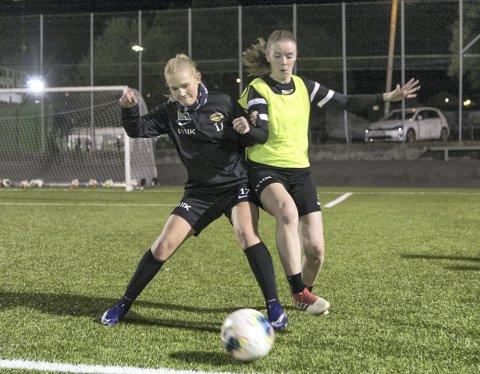 Hos Nymark-damene var det ekstra stor fotballglede etter lang tid uten vanlig spill. Her er det Ingrid Vik Larsen og Sofie Småmo som braker sammen.