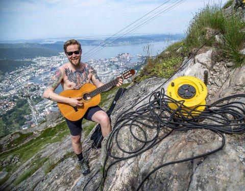 På en liten fjellhylle like før toppen av Ulriken fisket Øystein Sundland frem gitaren og spilte låten «Hundefjes», som er hans neste singel etter den første – «Oh yeah».