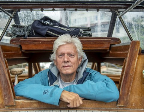 SKIPPER: Chris Tvedt har flyttet inn i den flotte skuten sin, og bor vanligvis i Solheimsviken. Nå er han på seiltur i Sogn.