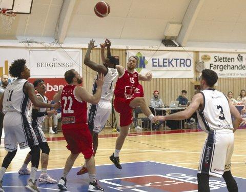 – I dag feide vi rett og slett Kongsberg Miners av banen. Det skjer ikke ofte mot Norges beste basketball-lag de siste årene. Nå gjenstår det å holde trøkket oppe, og gå for «the double» – gull i grunnserien og i NM-sluttspillet, sier Gimle-spiller Mikkel Kolstad (midten).