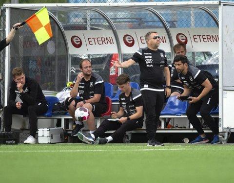 Åsane-trener Morten Røssland (med solbriller) tok en sjanse da han stilte opp på benken til                                               mandagens kamp mot Jerv.