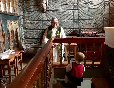 FANT TONEN: Erik Alvsaker Tandbarg (1) fant tonen med sogneprest Lise Kleven under gudstjenesten, selv om dåpsbarnet nok syntes det hele ble litt langtekkelig.