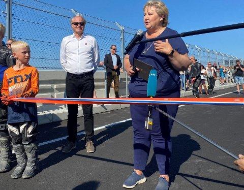 ERNA ÅPNET: Daværende statsminister Erna Solberg (H) åpnet banen i august. Da var kostnadsoverskridelser på 6,7 millioner kroner kjent. Nå er de samlede overskridelsene 29 millioner.