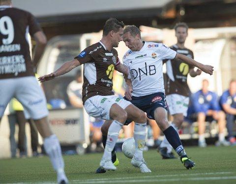 SIST GANG: Dette er fra forrige gang MIF og SIF møttes i en eliteseriekamp - i august 2015. Da Godset vant 4-2 på Isachsen Stadion. Her ser vi MIFs Urik Arneberg (t.v.) og SIFs Øyvind Storflor i duell.