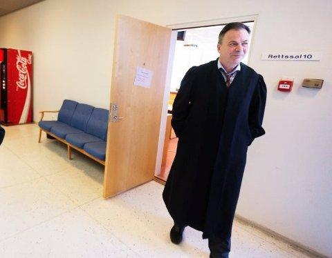 Advokat Svein Duesunds klient levde med beskyldninger om korrupsjon i halvannet år. Han får likevel ingen erstatning for belastningen.