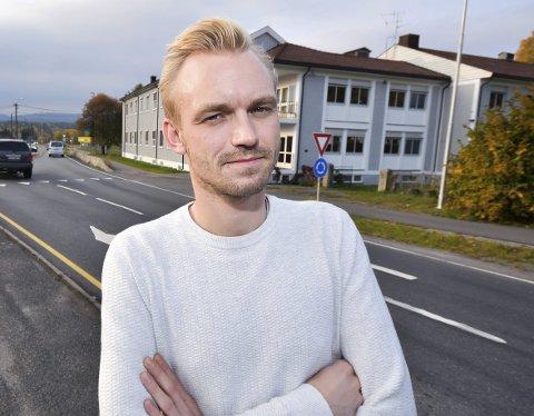 DEN BLÅ VEIEN: Adrian Wilhelm Kjølø Tollefsen, Øvre Eiker Høyre vil ha ny rv. 35 før utbygging av bane.