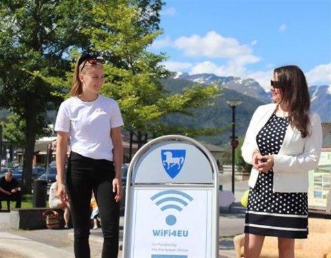 BRA: Tidlegare Ungdomsrådsleiar Kristine Strøm saman Christiane Ulriksen frå Enivest som var dei som vann anbodet. Her frå opninga av WiFi4EU på Sandane i fjor. No har alle dei største tettstadane i kommunen fått gratis nett.