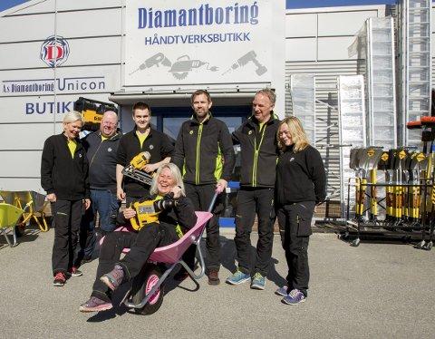 Rekordår: – Jeg er stolt av det vi har fått til her. Nå går vi for et nytt rekordår, sier Line Østlie i midten foran. F.v.: ansatte Kari Østlie, Tommy N. Johansen, Jonas Meum, Tom Kristiansen, Ole Petter Svendsen og Camilla Utne.