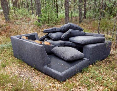 DUMPET: Denne sofagruppen er  rett og slett blitt dumpet i skogen i Torsnes.
