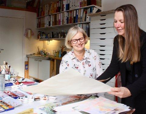 TIL OVERLYSSALEN: De neste to helgene har kunstnere May-Britt Skaugen (til v.) og Sonja Nyegaard utstilling i Overlyssalen. Her er de avbildet i May-Britts atelier ved Nøkledypet på Kråkerøy.