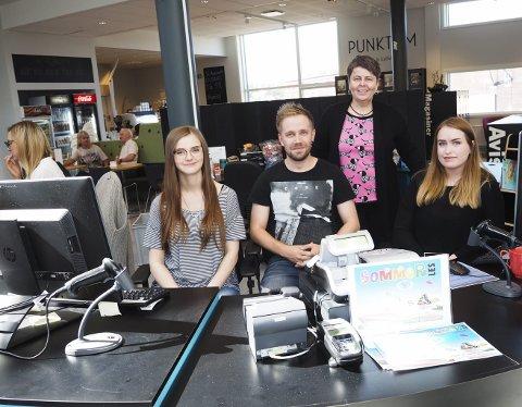 Suksessen fortsetter: Henny Bardal (tv), Ørjan Mikkelsen og Katrine Dybdahl er sommervikarer som bidrar sterkt til at biblioteksjef Tonje Farset kan presentere flotte besøk- og utlånstall for Narvik bibliotek.