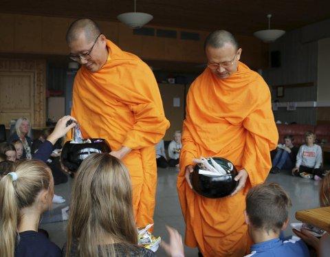 Puja: Barna fikk gi offergaver til de to munkene som samlet mat og drikke i almisse-bollene. Alle foto: Jan Westby