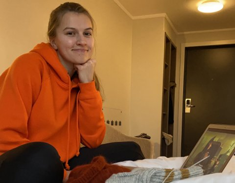 HJEM TIL JUL: Hvis ikke Regine Berg Kvernelv (24) får feber eller blir dårligere, regner hun med å få lov å reise hjem til jul. Hun tok covid-19-test forrige torsdag, og fikk positivt svar lørdag. Siden hun er student betaler Trondheim kommune for opphold og mat på hotell. Kvernelv bor i kollektiv, og de ønsker å hindre at hun smitter flere.