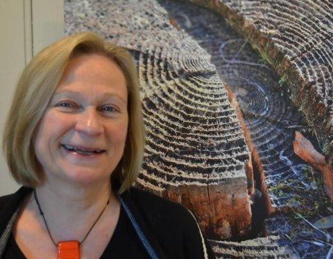 """STUBBER: Inger Brita L. Ørmen fotograferer stubber på Finnskogen, og åpner utstillingen """"Stubber"""" i Galleri Tysken under Finnskogdagene."""
