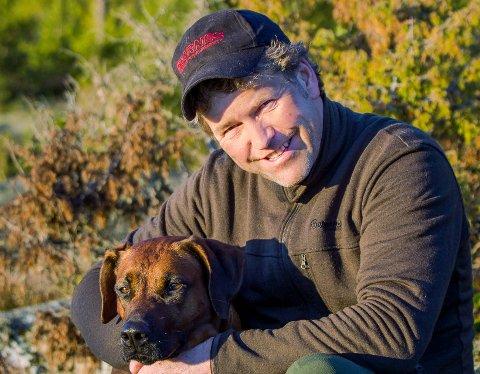 Advokat og jeger Pål S. Jensen kaller det første skuddet «skadeskyting» i striden om retten til et kronhjortgevir etter jakta i Skjåk i fjor høst.
