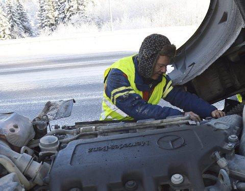 DIESELFILTER: Tom Heier skifter dieselfilter på et vogntog, som fikk stans mandag formiddag mellom tunnelene på Grua.