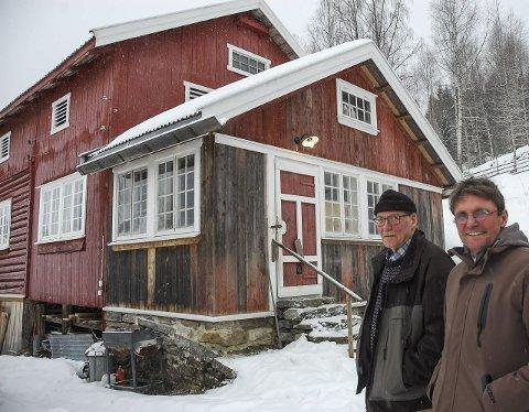 JOBB OG LIVSSTIL:  For både Dag Lindbråten  (t.v.) og Lars Stålegård går jobb og livsstil hånd i hånd. Her ved Lindbråtens låve som han har bygd på med gjenbruk av gamle materialer.