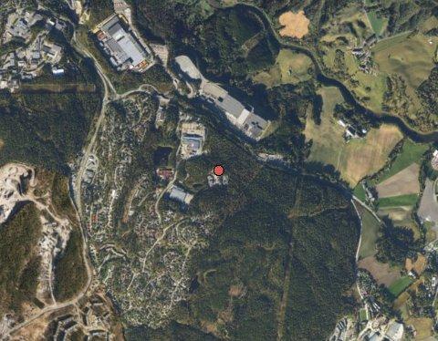 BASEPÅHAGAN:S-Bygg har hatt base i Stamveien 8 (rød prikk) på Holum skog.