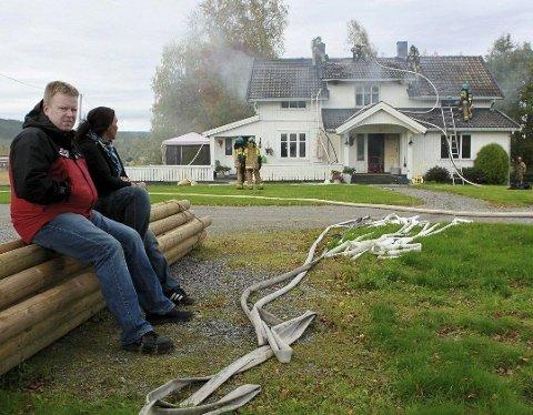 TOTALSKADD: Huset til Bjørn Stolt og familien hans ble totalskadd under brannen ved Gjølstad i Hedmark 26. september 2010. Bildet ble tatt da han satt hjelpeløs sammen med en venn av familien og så kollegaene fra brannvesenet jobbe på huset hans. Foto: Ole-Johnny Myhrvold (Glåmdalen)