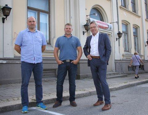 VIL FINNE EN LØSNIG: Klaus Grandahl (t.v.) og Dan Levi Berg representerer de nye eierne av Samfundet. Ordfører Thor Edquist (H) har tatt kontakt med dem for å finne fram til en løsning som gjør at Samfundet kan bevares som en kulturinstitusjon.