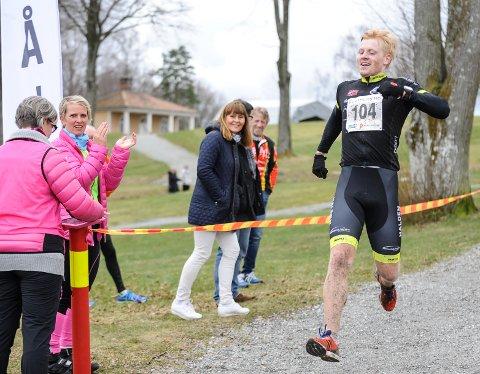 Victor Borge Svendsen vant Halden Duathlon (lang løype) i suveren stil, og hadde energi til et seiershopp over målstreken.