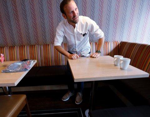 BAKSIDEN AV MEDALJEN: Nils Konrad Bua greide så vidt å reise seg opp etter kafébesøket med Haugesunds Avis.