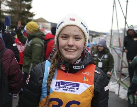 SKRYT: Trener Line Jahr skryter av Eirin Kvandal. Junior-VM på ski i Oberwiesenthal i Tyskland har blitt hennes store gjennombrudd. I den individuelle konkurransen ble det 17. plass, og hun hoppet godt i lagkonkurransen. Eirin har hatt stigning i hele mesterskapet. Foto: Erik Borg