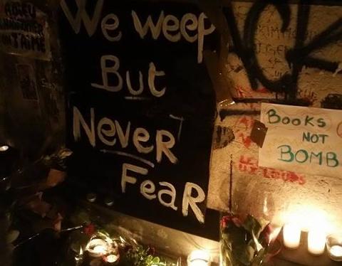 I SJOKK: Folket i Paris er i sjokk og sorg. Dette bildet er fra en markering søndag.