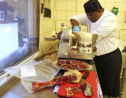 KLAR MED KJØTTET: Dette kjøttet skal være med til Alta, og deles ut sammen med kjeks og multechutney.