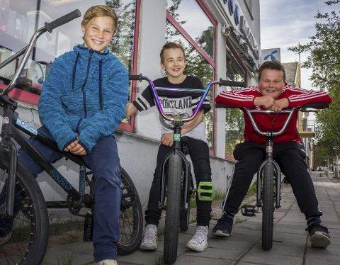 DIGITALE PILOTER: To skoler i Sør-Varanger tilbyr koding som valgfag. Nikolai Monsen (12), her til høyre for Tord Nilsen (13), Iver Persen (13), synes faget er gøy og vil gjerne jobbe med data som voksen. Alle Foto: Stian Hansen
