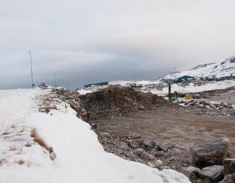 FØR: Ikke helt trygt på Forsølveien hvor de graver ut til Hammerfest Arena.
