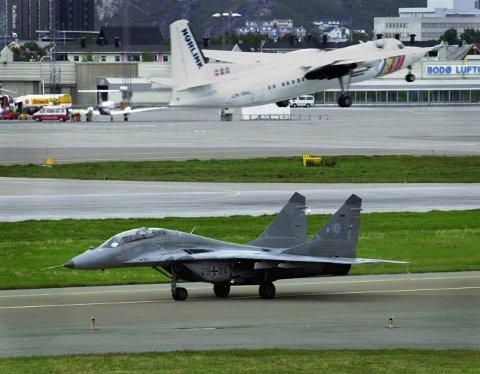 Bodø Hovedflystasjon fikk i 20011 besøk et MIG-29 jagerfly, fløyet av en tysk NATO-general på vei til en luftforsvarskonferanse i flybyen Bodø.  Foto: Erik Veigård / SCANPIX