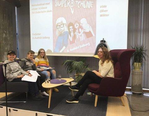 BARNEBOKBAD: Onsdag hadde Kvinnherad bibliotek sitt første «barnebokbad». Forfattar A. Audhild Solberg vart bokbada om boka si «Kampen mot Superbitchene». Foto: Susanne Fæhn.