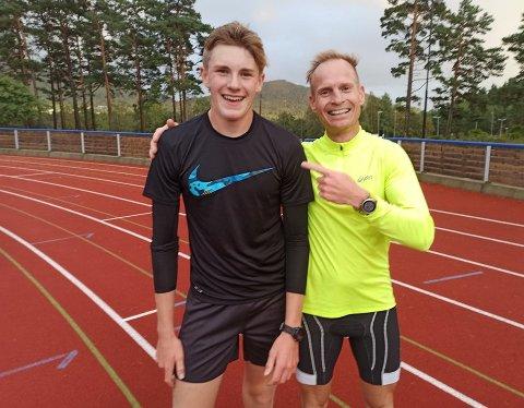 """Haakon Myklebust Skjelnes serverte ein sterk 5.000 meter under stemnet, med Ronny Nordal (t.h.) som """"hare"""" i starten av løpet. (Foto: IL Trio)."""