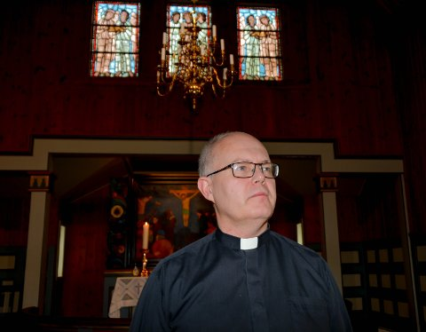 SOKNEPREST: Carsten Mrusek (50) hadde ein meir kronglete veg til prestetenesta i Den norske kyrkja enn dei fleste av kollegaene sine. No er den tidlegare katolske ordenspresten på plass som ny sokneprest i Uskedalen – i første omgang for eitt år.