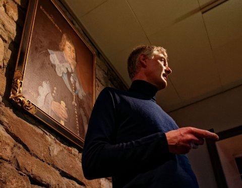 ENGASJERT: Foredragsholder Øystein Skjelbred forbilledlig under oppsyn av byens og Sølvverkets grunnlegger.