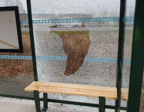 Knust rute: Det knuste glasset er fjernet, og nå venter Lier VVA på at det nye skal bli klart til montering.