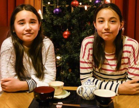 Julesmil: Rina og Risa Takemoto prøver å holde på både den norkse og japanske kulturen, men i jula er det de norske tradisjonene som gjelder.