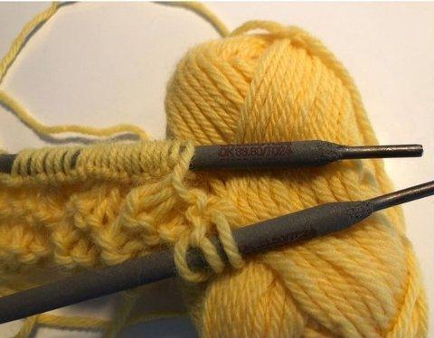 SVEIS: Når trangen til å strikke blir stor, kan til og med elektroder brukes som strikkepinner!