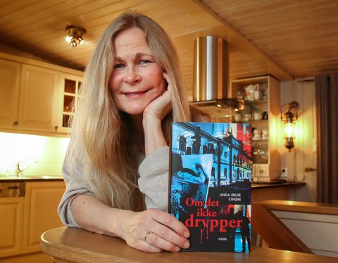 PAVILJONGEN FORLAG: Linda Irene Strøm utgir sine bøker på eget forlag. Her er hun hjemme i Paviljongen på Refsnes.