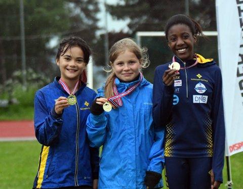 GULL OG NY REKORD: Bækkelaget J11s Jhordan-Konadu Mensah, Constance Maria Usler og Camilla Galarde Arma Hellum likte smaken av gull.
