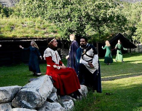 Kristinspelet 2021: Kristin (Madalena Sousa Helly-Hansen) og Erlend ( Ravdeep Singh Bajwa).