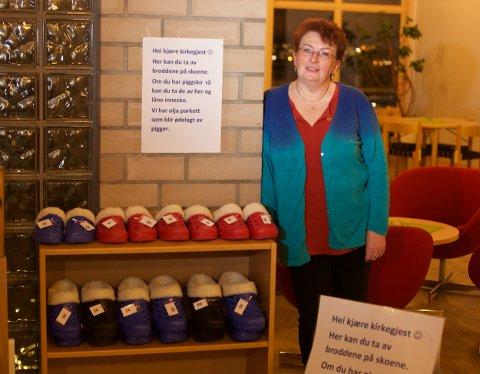 I hallen får kirkegjengerne tilbud om å bytte til piggfritt. Kirketjener Sonja Skogvoll har kjøpt innesko med fleecefor. Foto: Ola Solvang