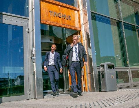 FORSVARERE: Ludvigsens forsvarere Kai Vaag (tv) og Per Zimmer på vei ut av Nord-Troms tingrett fredag ettermiddag.