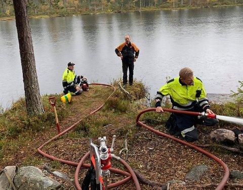 ETTERSLUKKING: Brannvesenet sørget for etterslukking da de kom fram til bålplassen.